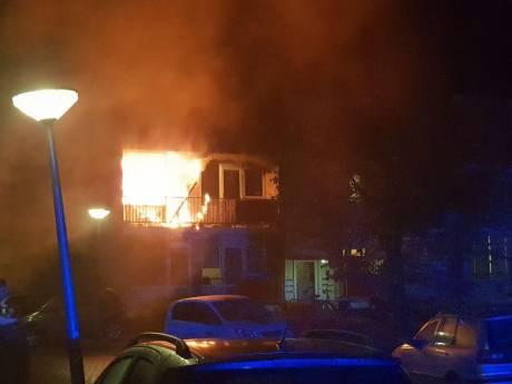 Uitslaande brand in woning aan Theresiastraat in Hengelo, omwonenden horen knal