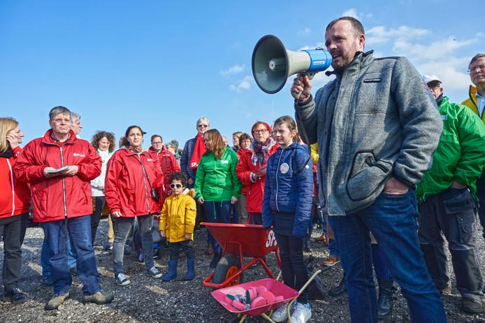 Manifestatie bij het pannenkoekenhuis De Oude Maas te Macharen tegen de komst van de mestfabriek.