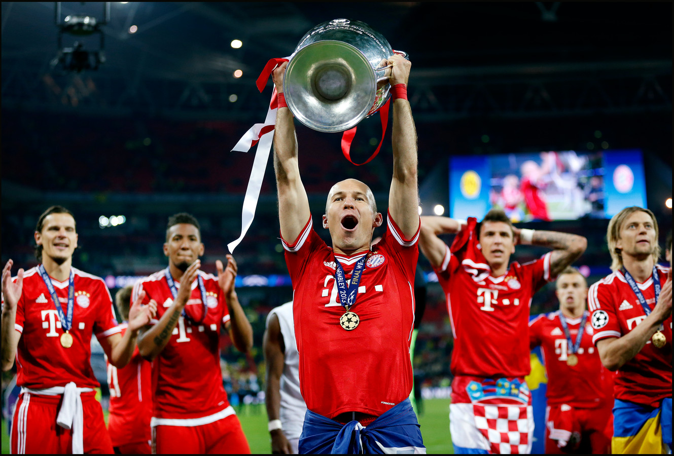 Arjen Robben tilt de Cup met de Grote Oren op na de winst van Bayern Munchen op Borussia Dortmund in de Champions League finale (1-2). Robben scoorde vlak voor tijd de winnende treffer.