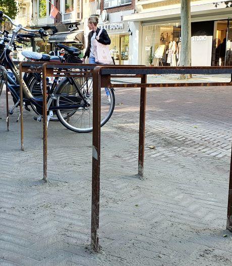 Prullenbakken, goten en nu ook roestkleurige fietsbeugels in centrum van Hengelo