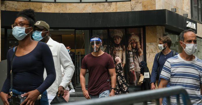 Des personnes masquées se promènent rue Neuve à Bruxelles.