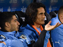 Luis Suárez (links) en Edinson Cavani bleven beiden de eerste helft op de bank bij Uruguay. Suárez bekroonde zijn invalbeurt met een goal.