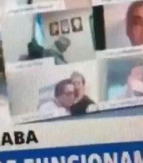 Argentijnse parlementariër geschorst na kussen borsten