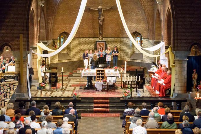 Laatste mis in Bernadettekerk in Spoordonk, voorgegaan door pastoor Spijkers