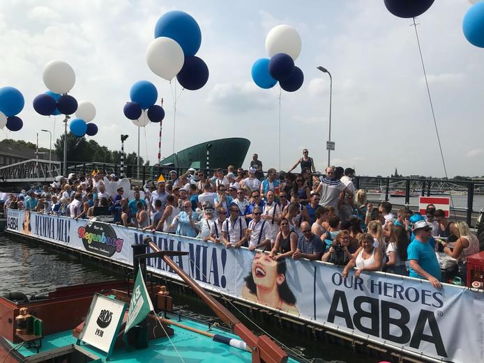 Het uur U nadert: de Regenboogboot van de gelijknamige gaybar in Eindhoven en Rotterdam is er bijna klaar voor, de Gay Pride op de Amsterdamse grachten.