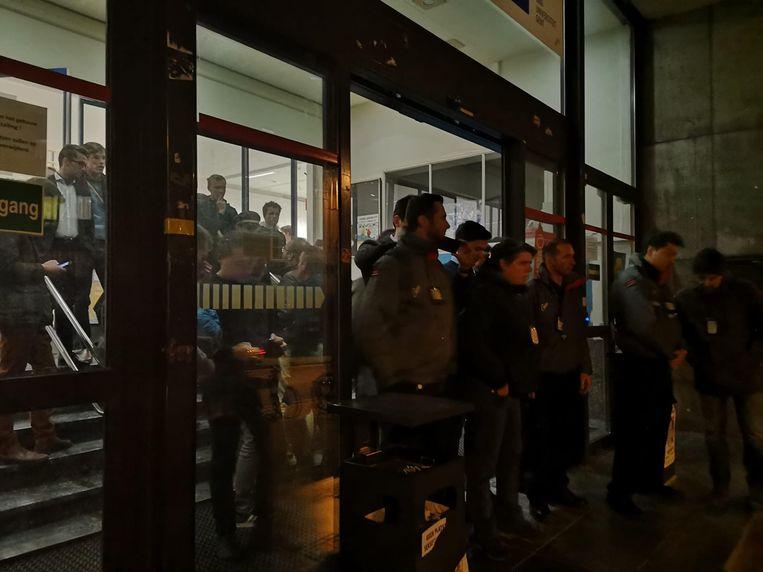 De leden van het Gentse KVHV keken toe van achter de security.