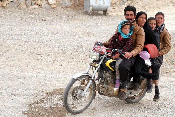 Een hele familie op de brommer in Iran.