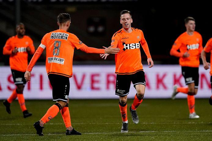 Gijs Smal wordt gefeliciteerd na zijn gelijkmaker tegen Jong PSV.