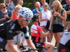 Kees-Jan springt van fiets om zijn Manon ten huwelijk te vragen tijdens Acht van Chaam