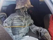 Magere Hein op de bon: Amerikaan van carpoolstrook gehaald met nepskelet in voorstoel