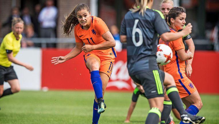 Lieke Martens maakt het eerste doelpunt in de oefenwedstrijd van het Nederlands elftal tegen Wales op 8 juli. Nederland won met 5-0. Beeld Guus Dubbelman / de Volkskrant