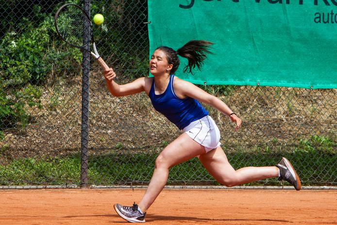 Marwa Hakimi is pas 15, maar debuteerde dit seizoen al in de eredivisie. Ze won ook nog een enkelpartij voor TC Salland.