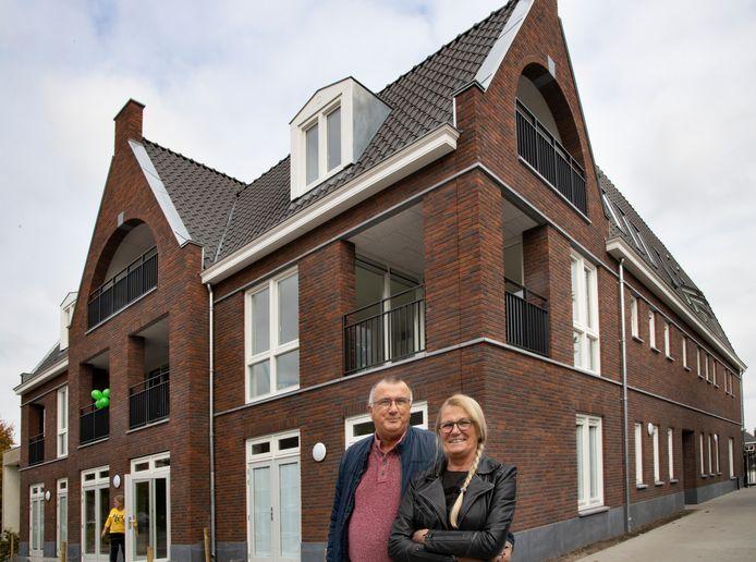 Maria van Gisbergen en haar partner Tom Wijtenburg bij het nieuwe appartementencomplex dat staat op de plek van het voormalige café De Snor.