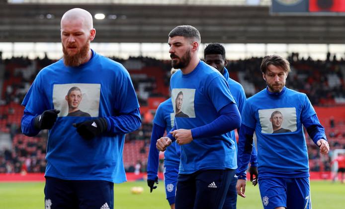 De spelers van Cardiff City herdenken Sala met een speciaal shirt voor de wedstrijd Southampton.