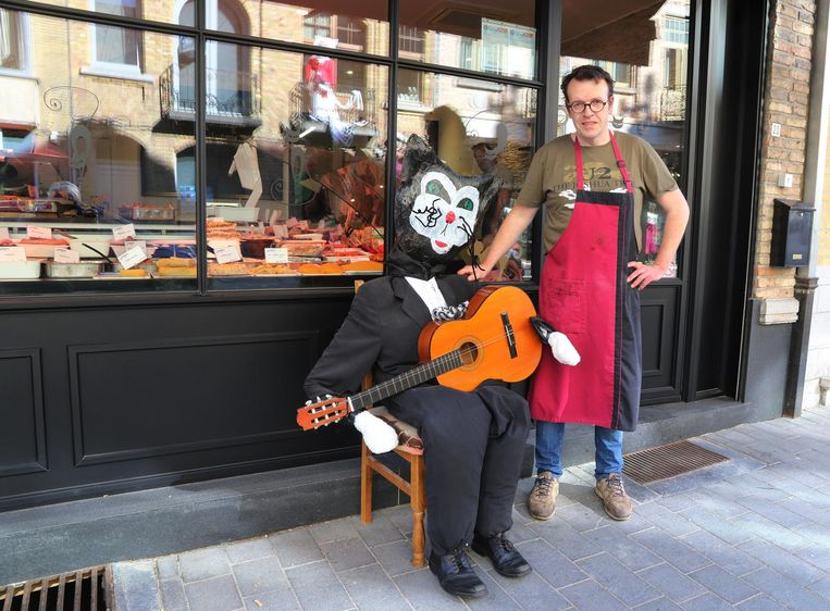 In het straatbeeld zijn nu al heel wat katten te bewonderen. Hier zien we beenhouwer Jurgen Lenglaert met zijn muzikale kat.