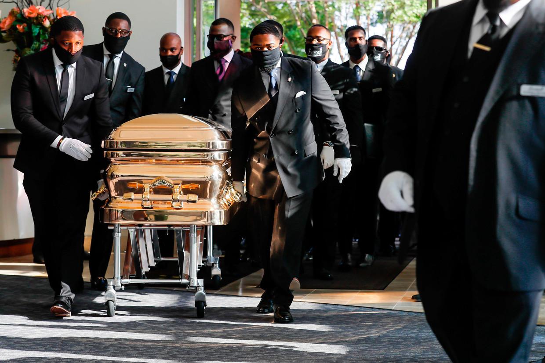 De kist met het lichaam van George Floyd arriveert bij de Fountain of the Praise-kerk in Houston. Beeld AFP