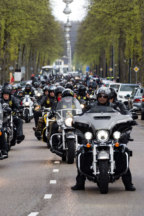 Indrukwekkend: honderden motoren in Apeldoorn voor RMS-viering