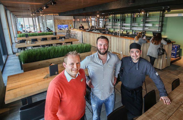 Ook het Rest-eau-Café valt in de smaak. Op de foto zien we (vlnr) Elewin Werbrouck, Hans Vanpoucke en Francois Bovy.