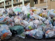 Afval trekt afval aan achter winkelcentrum in Nijmeegse wijk
