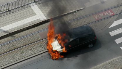 Auto brandt uit op straat in Antwerpen