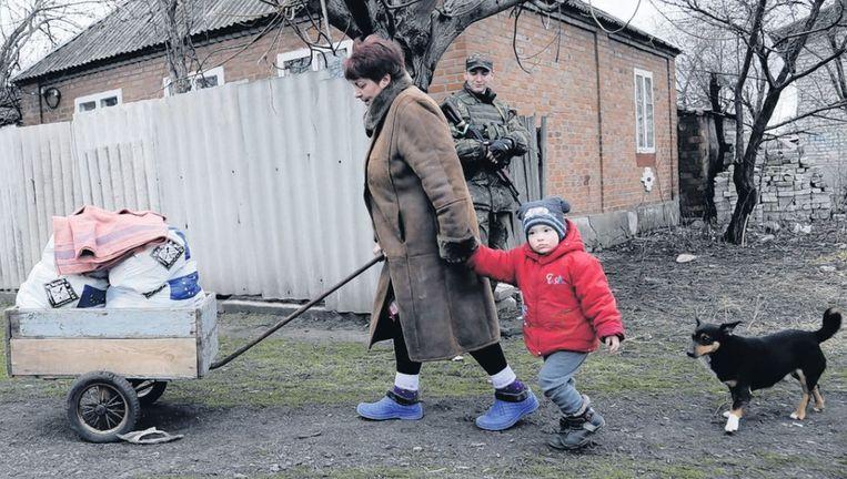 De Oekraïnse Natalya Palchenko en haar kleinzoon nemen spullen van een EU-hulporganisatie mee naar huis. Beeld ap