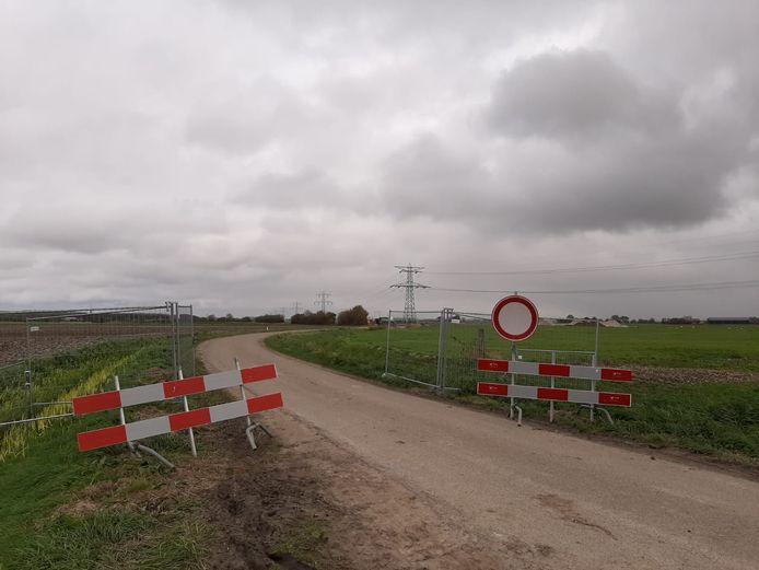 Hek nieuwe hek is minder makkelijk te verplaatsen. Op het moment dat de foto werd gemaakt, was het door een boer die op het land moest werken opengezet. Tijdens de werkzaamheden voor TenneT is het dicht.