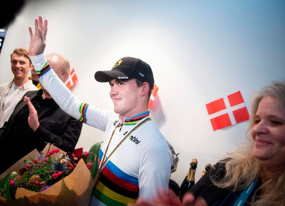 Denmark's road Cycling World Champion Mads Pedersen waves as he arrives at Copenhagen Airport on September 30, 2019, one day after his victory in the Men's Elite Road Race in Harrogate, northern England. (Photo by Liselotte Sabroe / Ritzau Scanpix / AFP) / Denmark OUT