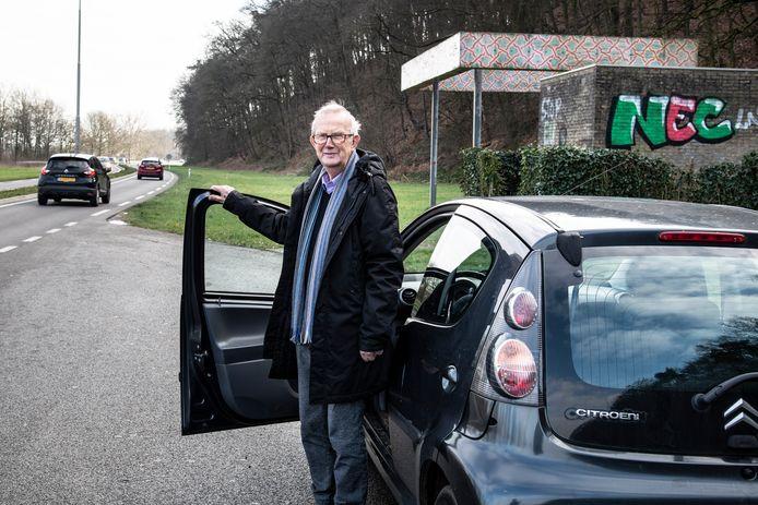 Bijschrift: Loek van Deventer bij de grensovergang in Beek/Wyler: tot hier en niet verder.