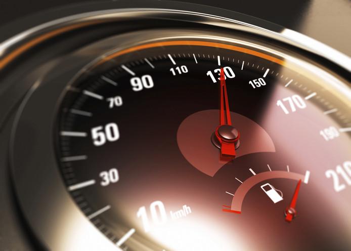 Een man is zijn rijbewijs kwijtgeraakt omdat hij met 130 km/u over een 80-weg heeft gereden.