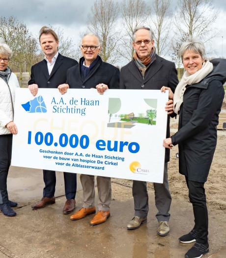 Donatie van een ton voor hospice De Cirkel
