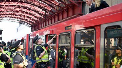 """Klimaatactivisten lijmen zich vast op dak van metrostel in Londen: """"Politie mag de boel hier komen opkuisen"""""""