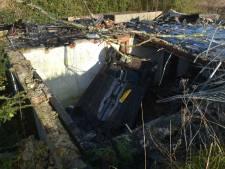 Auto raakt van de weg en belandt ondersteboven op ruïne afgebrande woning in Aalst