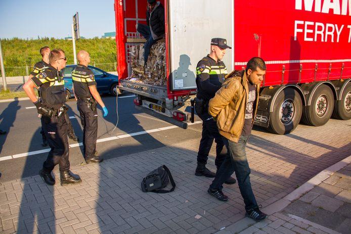De politie haalt na een 112-telefoontje van de chauffeur drie illegalen uit zijn truck. De zogenoemde inklimmers hadden het zeil aan de bovenklant opengesneden.