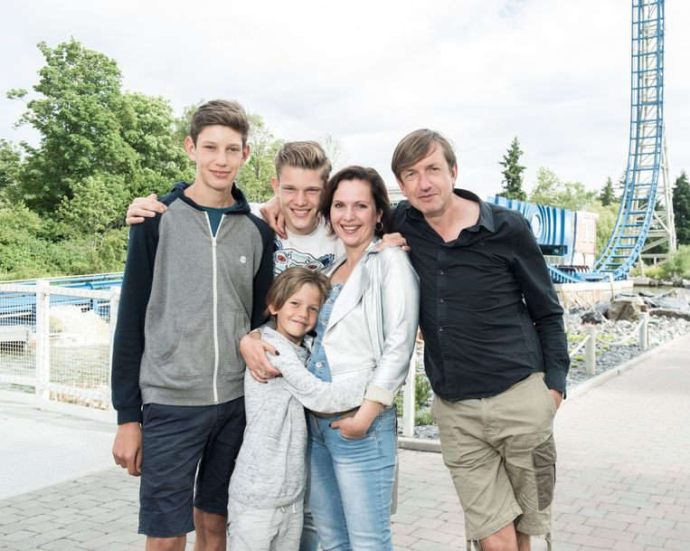 Caroline met haar man en drie zonen.