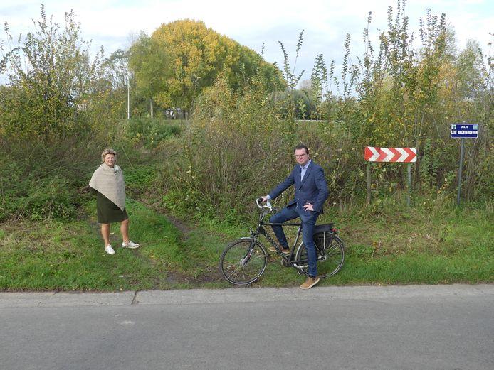 Schepen Sophie Delaere en burgemeester Simon Lagrange aan Vaart Rechteroever, op de plaats waar de brug komt.