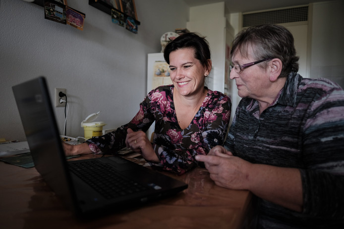 Wijkverpleegkundige Vanessa Schroer helpt mevrouw Driever met email en internet.
