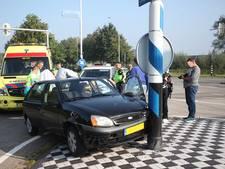 Auto botst tegen lantaarnpaal in Gilze