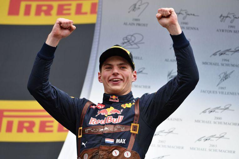 Verstappen viert zijn podiumplaats in lederhose. Beeld afp