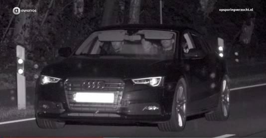Screenshot uit het programma Opsporing Verzocht. In de Audi drie verdachten van een plofkraak in Duitsland.