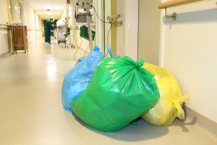 Afval gaat in dubbel verpakte zakken.