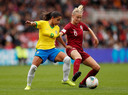 Engels international Leah Williamson in duel met de Braziliaanse Debinha in het Riverside Stadium in Middlesbrough afgelopen zaterdag.