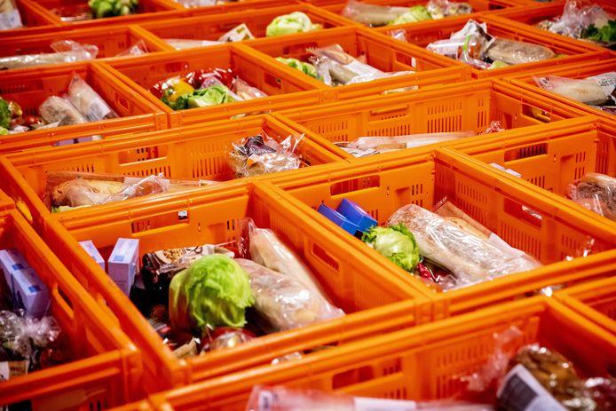 In het distributiecentrum van de Voedselbank in Rotterdam staan kratten vol voedsel klaar om te worden uitgedeeld.