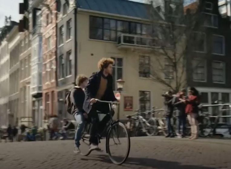 Zonder helm en achterop de fiets in De Ludwigs. Beeld