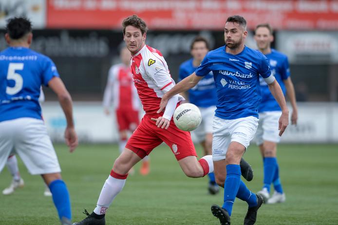 GVVV-aanvoerder Wilco den Hartog (blauw) met IJsselmeervogels-doelpuntenmachine Danny van den Meiracker.