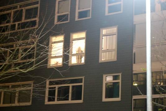 De politie aan het werk in het appartementencomplex Thrinon in de binnenstad van Hengelo, waar de twee verdachten wonen.