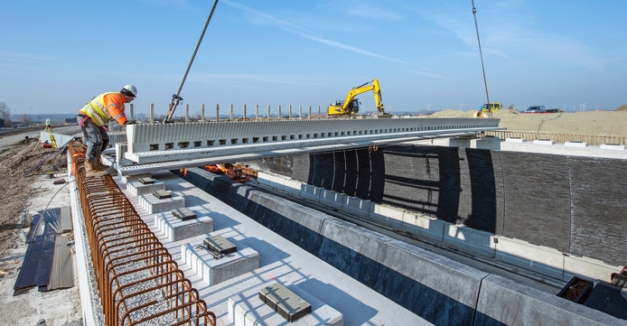 Werk aan een viaduct bij de Sloeweg.