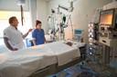 Ic-arts Michael Frank en verpleegkundige Lisa tijdens de eerste coronagolf, bij een patiënt (op dat moment al coronavrij verklaard) die op zijn buik wordt beademd.