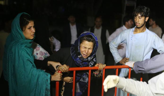 Une femme pleure la perte de son mari et de ses deux fils à Kaboul, après une explosion dans une salle de mariage