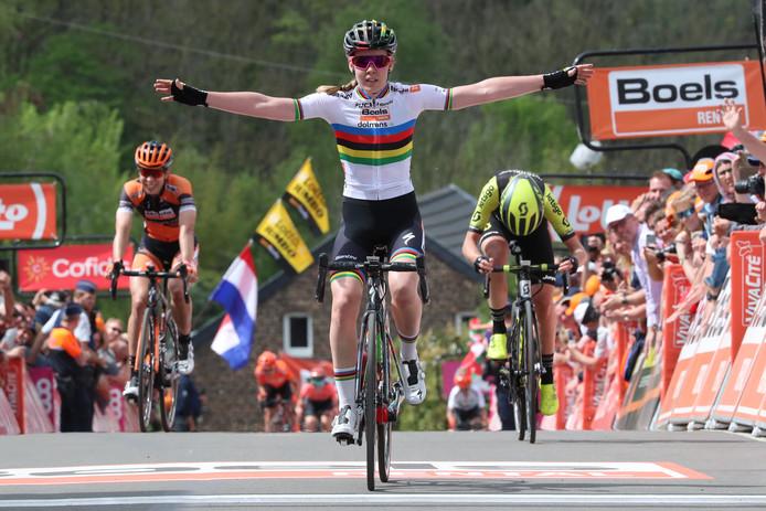 Van der Breggen is de beste op de Muur van Hoei, Van Vleuten (r) buigt het hoofd.