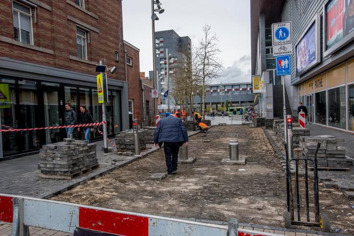 Het Pieter Vreedeplein wordt weer waterpas.